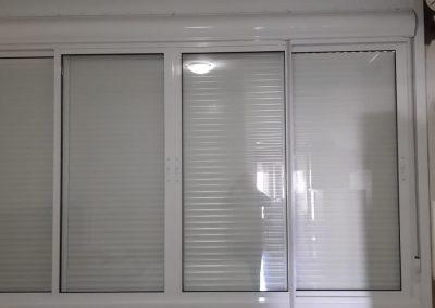 Janela correr com persiana externa integrada alumínio branco