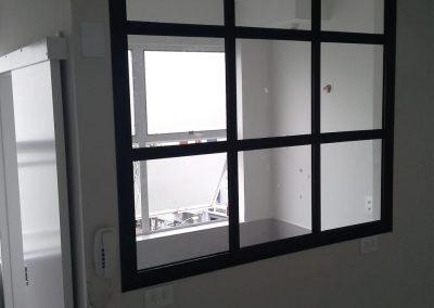 Janela fixa quadriculada alumínio preto e vidro incolor