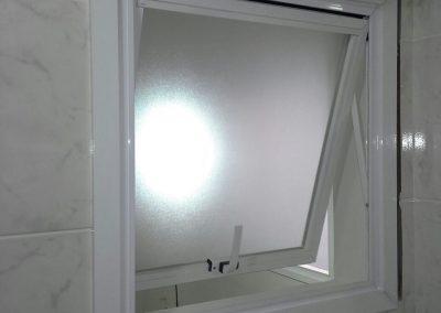 Janela maxim-ar alumínio branco e vidro fantasia