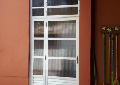 Porta abrir com janela basculante alumínio branco e vidro fantasia