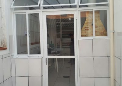 Porta abrir com janelas alumínio branco e vidro incolor